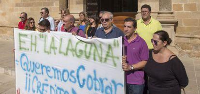 Trabajadores de la escuela de hostelería de Baeza protestan el pasado octubre por los impagos.