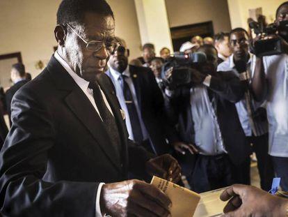 El presidente Obiang deposita su voto en Malabo, en las elecciones legislativas de este domingo.