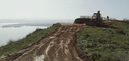 Fotografía facilitada por Ecologistas en Acción de una excavadora nivelando una zona de Las Barrancas el viernes 19 de febrero.