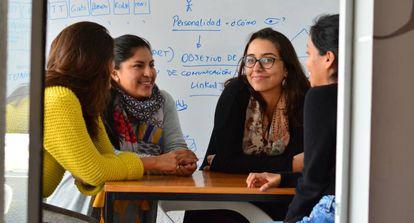 Trabajadoras y alumnas de Laboratoria, una academia de programación para mujeres en Lima.