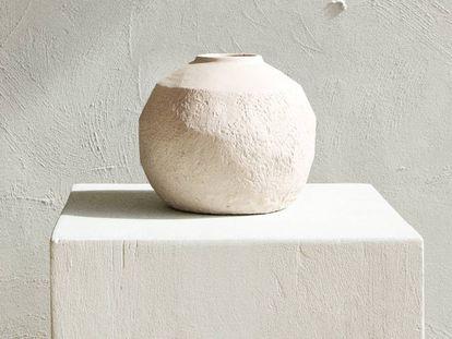 Aunque no se pueden utilizar con agua, los jarrones de cemento de Zara Home de esta temporada recuperan las texturas inacabadas para el hogar.