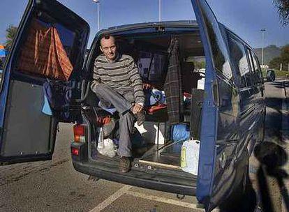 Bruno Murillo, en la furgoneta en la que vive.