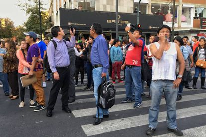 Personas alarmadas por el sismo del viernes en la Ciudad de México.