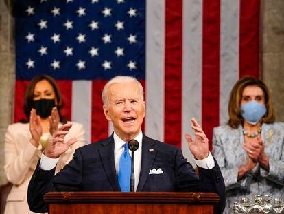 El presidente de EE UU, Joe Biden, se dirige al Congreso junto a la vicepresidenta, Kamala Harris, y a la Presidenta de la Cámara de Representantes, Nancy Pelosi, el pasado 18 de abril.