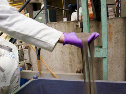El coltán que llega de la mina de Penouta, en el laboratorio del Cenim-CSIC.