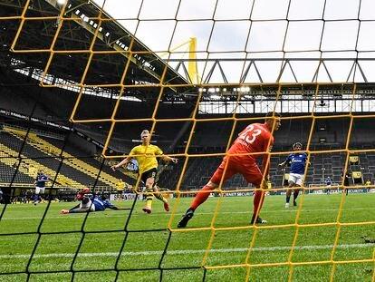 Erling Haaland mete el 1-0 al Schalke.