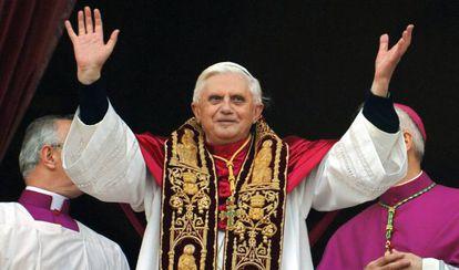 Benedicto XVI después de ser elegido Papa, en 2005.