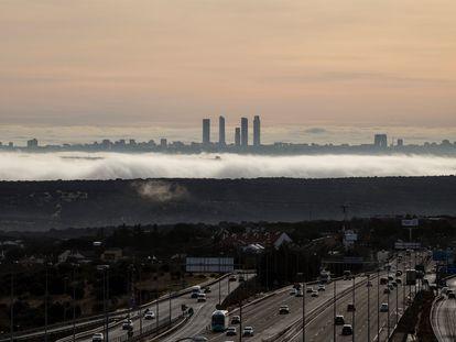 Vista de Madrid y la autopista A6 desde la sierra, este miércoles.