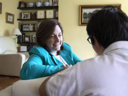 Inés Álvarez, presidenta del Patronato de la fundación Down Madrid, junto a su hijo Joaquín.