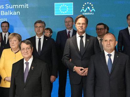 Líderes de la UE y de los Balcanes posan para la foto de familia de la cumbre celebrada en Brdo (Eslovenia), este miércoles.
