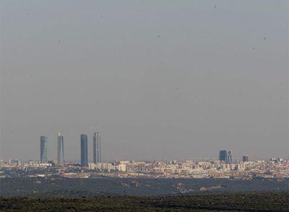 Vista de Madrid, con las cuatro torres de la antigua Ciudad Deportiva del Real Madrid difuminadas por la contaminación.