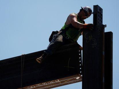 Un trabajador de la construcción en Boston, este verano.