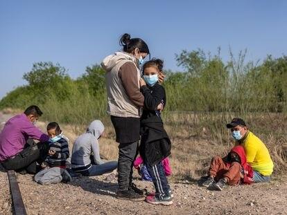 Una nicaragüense y su hija se abrazan después de cruzar la frontera entre México y Estados Unidos el pasado 26 de marzo.