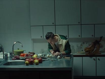 La cocina de la Casa Carvajal (1966) es uno de los escenarios clave del vídeo de 'Comerte entera', dirigido por Santos Bacana y producido por Little Spain para C. Tangana.
