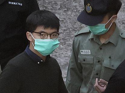 El activista Joshua Wong es trasladado de la prisión antes de comparecer ante un tribunal en Hong Kong, el 2 de diciembre de 2020.