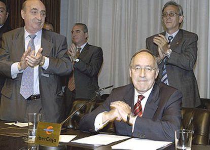 Manuel Pizarro (sentado), tras intervenir en la asamblea de Ibercaja en la que presentó su renuncia.   / EFE
