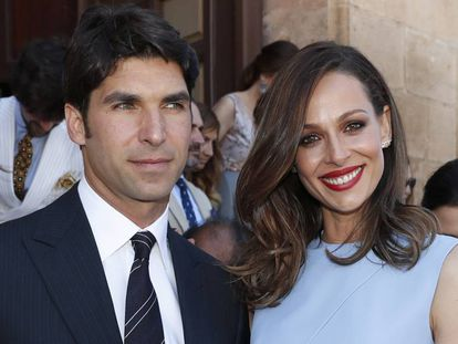 Cayetano Rivera y Eva González durante el bautizo de su hijo, en Ronda, Málaga, en junio.