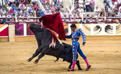 Alejandro Talavante, en su primer toro ayer en la corrida Picassina en La Malagueta.
