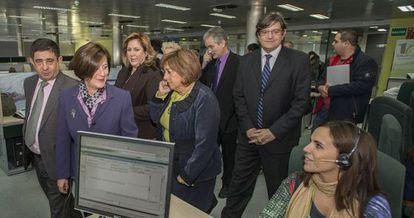 La consejera María José Sánchez, con chaqueta morada, en la empresa Salud Responde en Jaén.