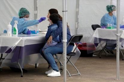 Una mujer pasa la prueba de detección del coronavirus.