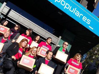 Los ciudadanos llevan las urnas con las firmas a la sede del PP.