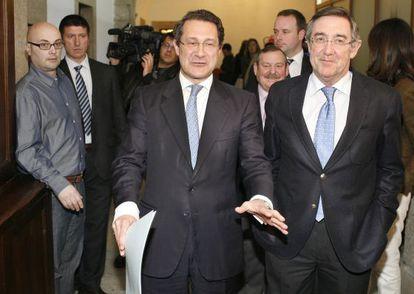 El alcalde de Santiago, Ángel Currás (derecha), con su antecesor, Gerardo Conde Roa