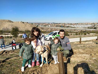 Juan Navarro y Begoña Larena, con su hija Mara y los mellizos Mario y Leo, en una foto familiar.
