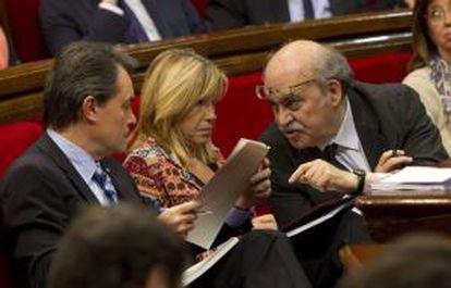El presidente de la Generalitat, Artur Mas, conversa con el consejero de Economía, Andreu Mas-Colell, en presencia de la vicepresidenta del gobierno, Joana Ortega, durante la sesión de control a su gobierno celebrada esta mañana en el Parlament de Cataluña.