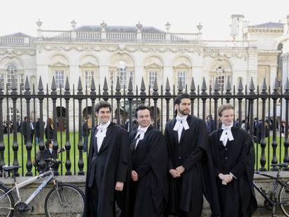 Alumnos de Cambridge tras graduarse.
