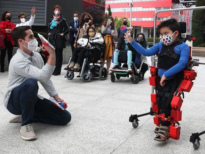 Víctor, de 6 años, prueba el primer exoesqueleto pediátrico del mundo, en un acto en Rivas Vaciamadrid.