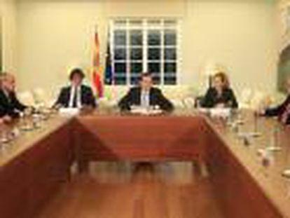 El presidente del Gobierno, Mariano Rajoy (c), durante la reunión que ha mantenido con representantes del sector editorial, esta tarde en el Complejo de La Moncloa.