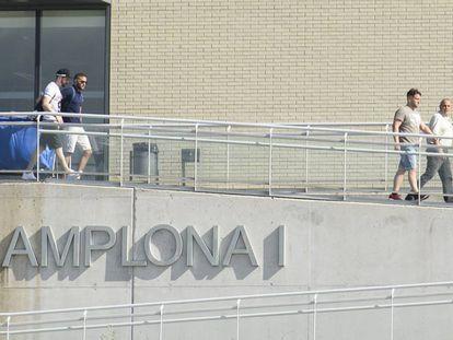 Tres miembros de La Manada abandonan la cárcel de Pamplona.
