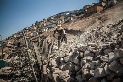 Un vecino de San Juan de Miraflores, Lima, trabaja en la construcción de una carretera que mejorará el acceso al agua de su comunidad.