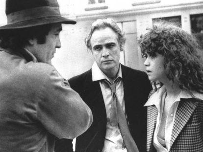 Bernardo Bertolucci (izquierda) habla con Marlo Brando y Maria Schneider, durante el rodaje de 'El último tango en París'.