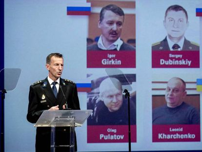Wilbert Paulissen, del equipo investigador del derribo del MH17, muestra las fichas de los acusados, este miércoles en Nieuwegein (Holanda).