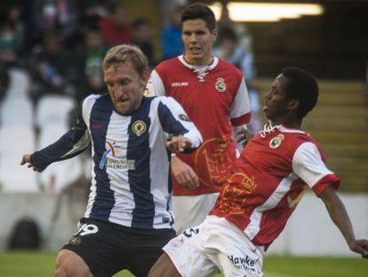 Rivas, del Hércules, y Koné, del Racing, se disputan el balón en el partido investigado.