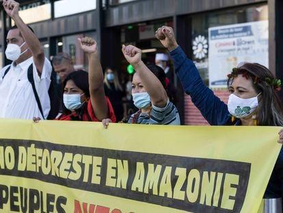 Detalle de la protesta realizada para alertar sobre la responsabilidad de las empresas francesas en la deforestación y acaparamiento de tierras en Brasil y Colombia.