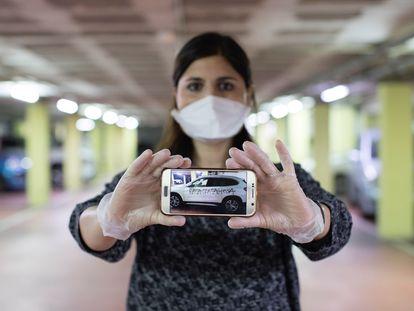 """La ginecóloga Silvana Bonino, de Barcelona, denuncia ante los Mossos d'Esquadra una pintada en su coche particular en la que se la tildaba de """"rata contagiosa""""."""