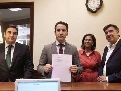 Los diputados del PP Ignacio Echániz, Teodoro García Egea, Isabel Borrego y José Antonio Bermúdez de Castro, ayer ante el registro del Congreso.