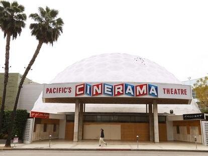 El Cinerama Dome de Los Ángeles, caracterizado por su cúpula geodésica de 21 metros de altura, ha sido uno de los cines más particulares e icónicos de Hollywood. Ahora, seis décadas después de su inauguración, cierra sus puertas víctima de una crisis agravada por la pandemia.