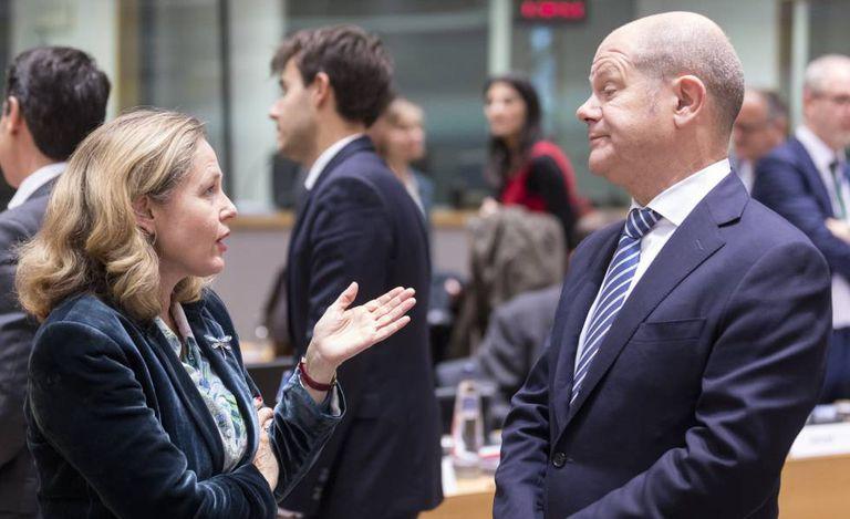 La vicepresidente economica, Nadia Calviño, insieme al suo omologo tedesco Olaf Scholz, in un Eurogruppo a Bruxelles.