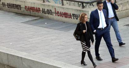 Pedro Sánchez y la socialista Meritxel Batet camino de un foro en los Teatros del Canal de Madrid este jueves.