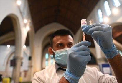 Un farmacéutico prepara una dosis de la vacuna de AstraZeneca el pasado 22 de febrero en Ealing, Londres