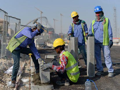 Inmigrantes de la India y Bangladés trabajan cerca del Estadio Internacional Jalifa, en Doha (Qatar), el 11 de enero de 2017.