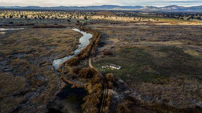 Vista aérea del río Guadiana, a la izquierda, y de la Isla del Morenillo, una zona que debería estar completamente inundada.