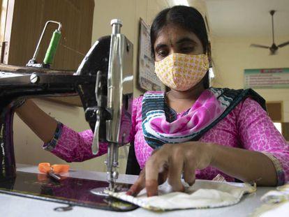 350 artesanas de Integrated Developement empezaron a fabricar mascarillas antes de que el gobierno indio decretara el confinamiento