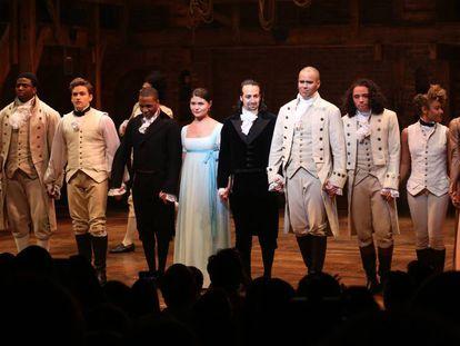 Los actores de 'Hamilton' saludan al finalizar el musical en el teatro Richard Rodgers de Broadway.