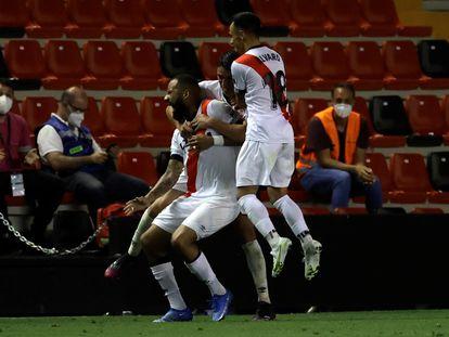 Los jugadores del Rayo celebran el tercer gol de su equipo, anotado por Bebé.