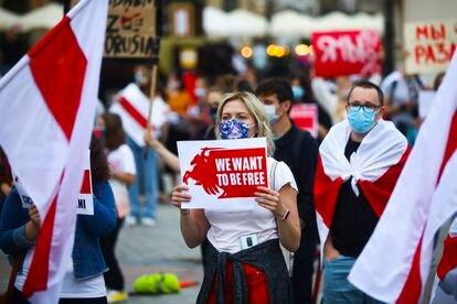 """Una mujer con un cartel que reza """"Queremos ser libres"""", durante una concentración de apoyo a los manifestantes antigubernamentales detenidos estos días en Bielorrusia."""