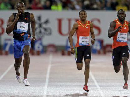 Bolt, a la izquierda, se impone a Weir (centro) y a Ashmeade.